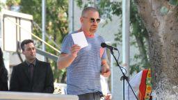 Юлиан Вергов в ролята на директор на училище във филма за Петя Дубарова