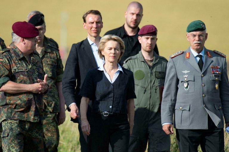 Урсула фон дер Лайен, заобиколена от военни, след катастрофа с хеликоптер в германския град Ерцен, при която загина пилота, 1 юли 2019 г.