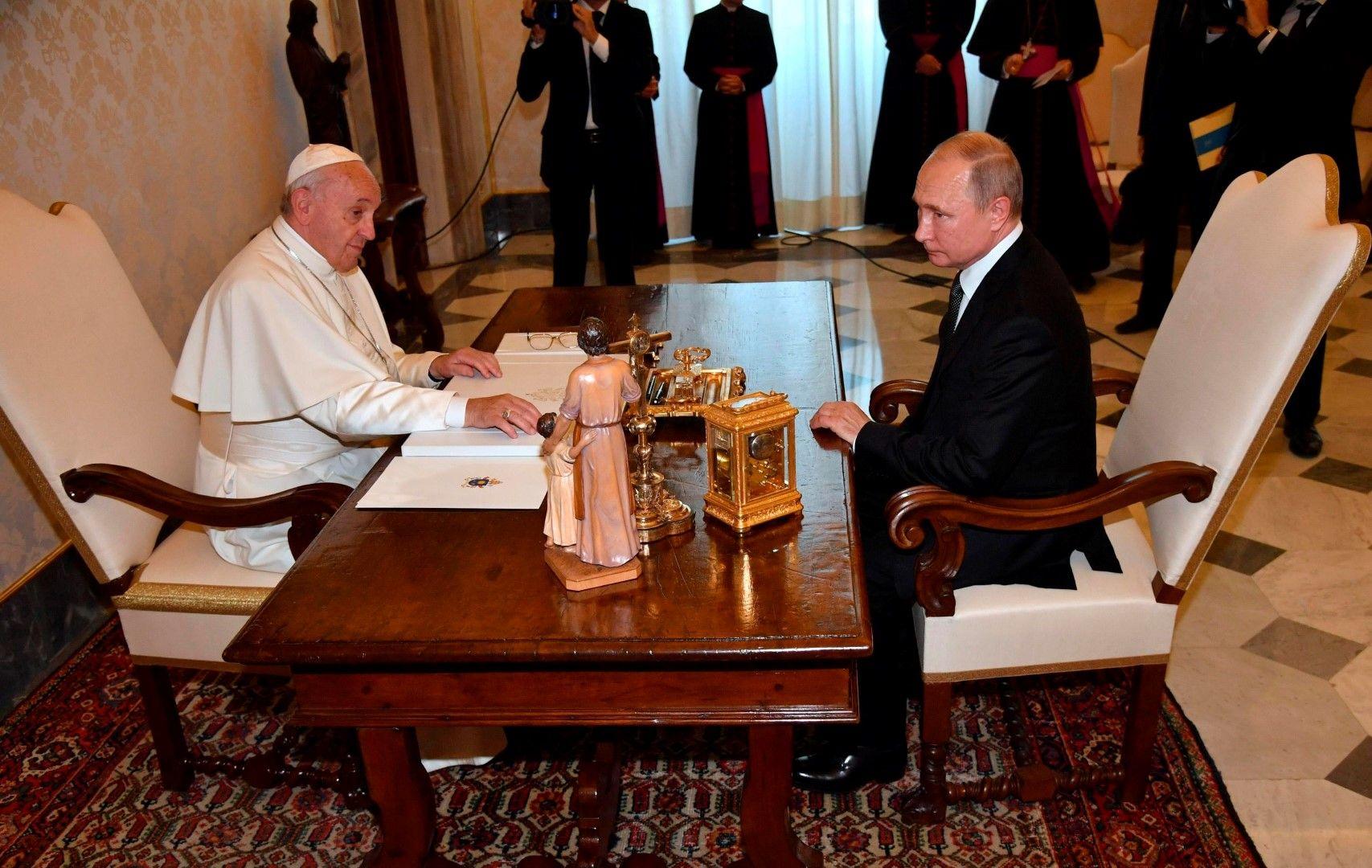 И при третата си среща с папа Франциск Путин закъсня