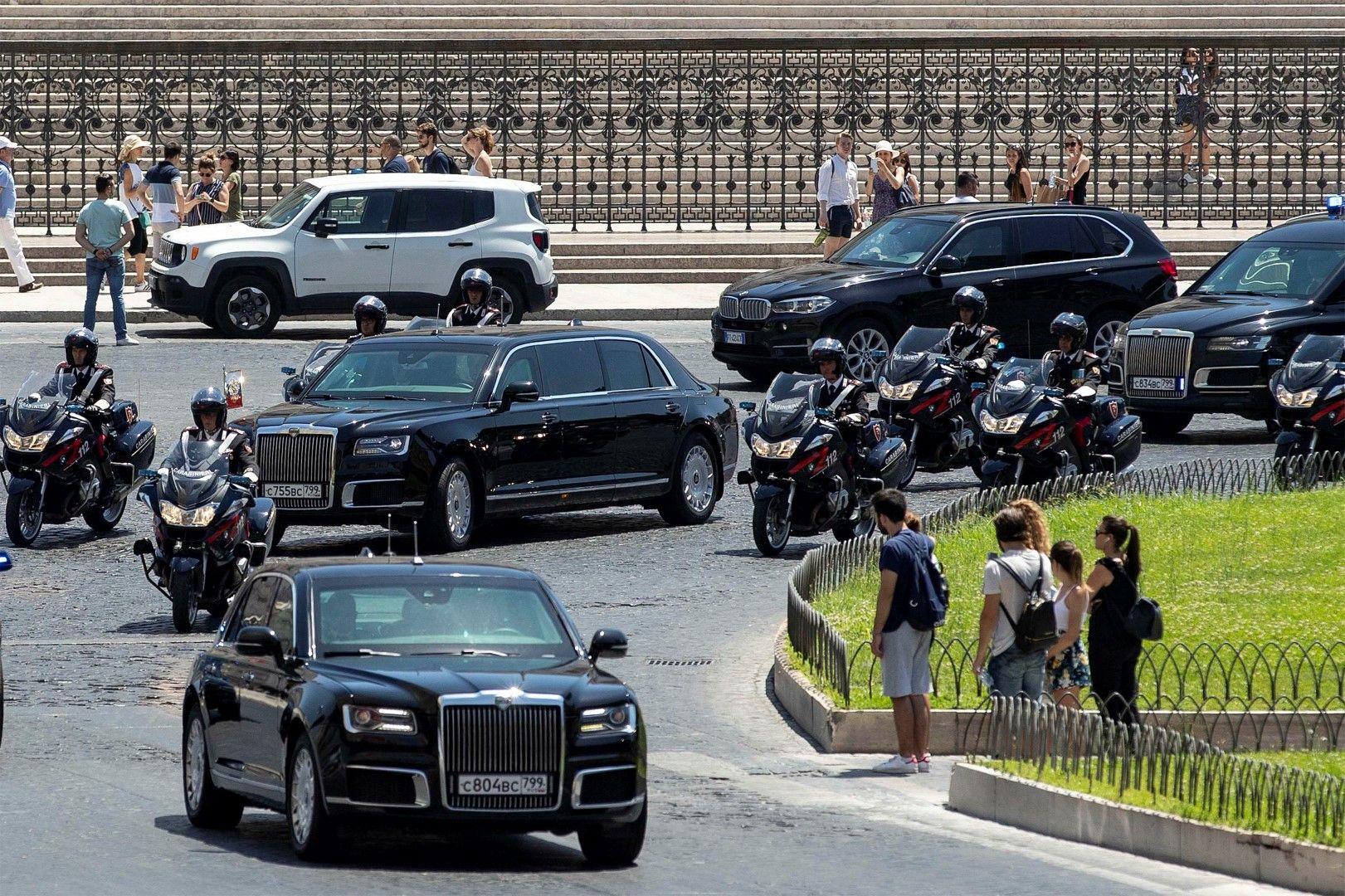 """Кортежът на Владимир Путин преминава през площад """"Венеция"""" в Рим на път за Ватикана за среща с папа Франциск"""