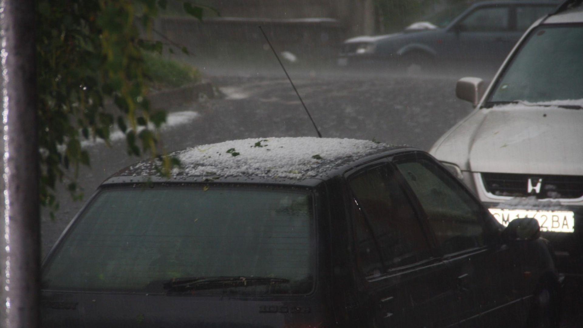 Пороен дъжд с гръмотевици удари Смолян. Бурята вилня над родопския