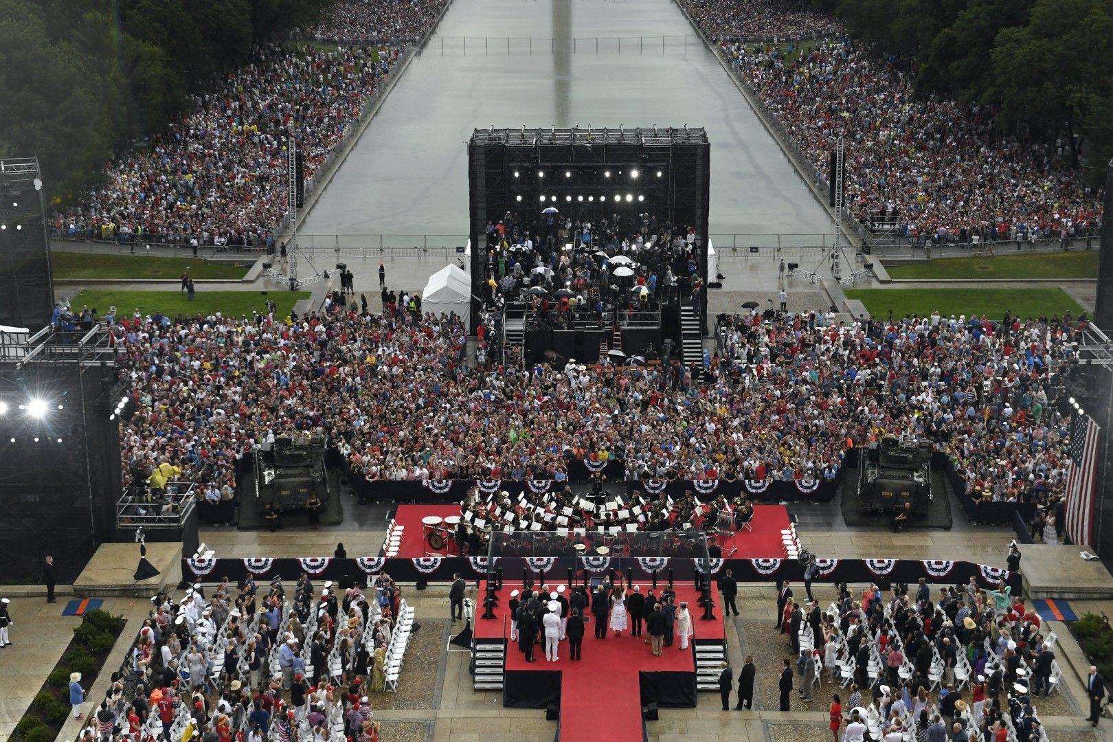 Доналд Тръмп и Мелания Тръмп махат на тълпата по време на празника