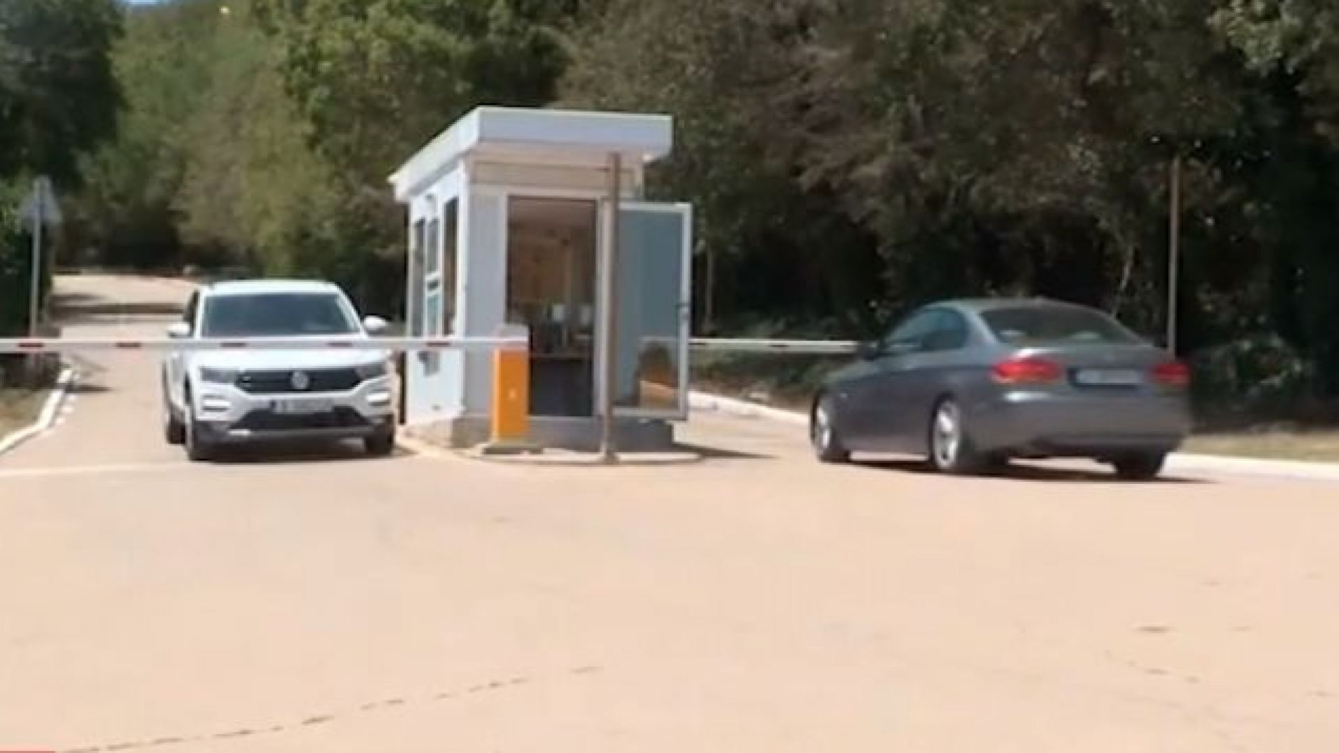 """Достъпът до плаж """"Русалка"""" - осново с бариера и такса за паркинг 8 лв."""