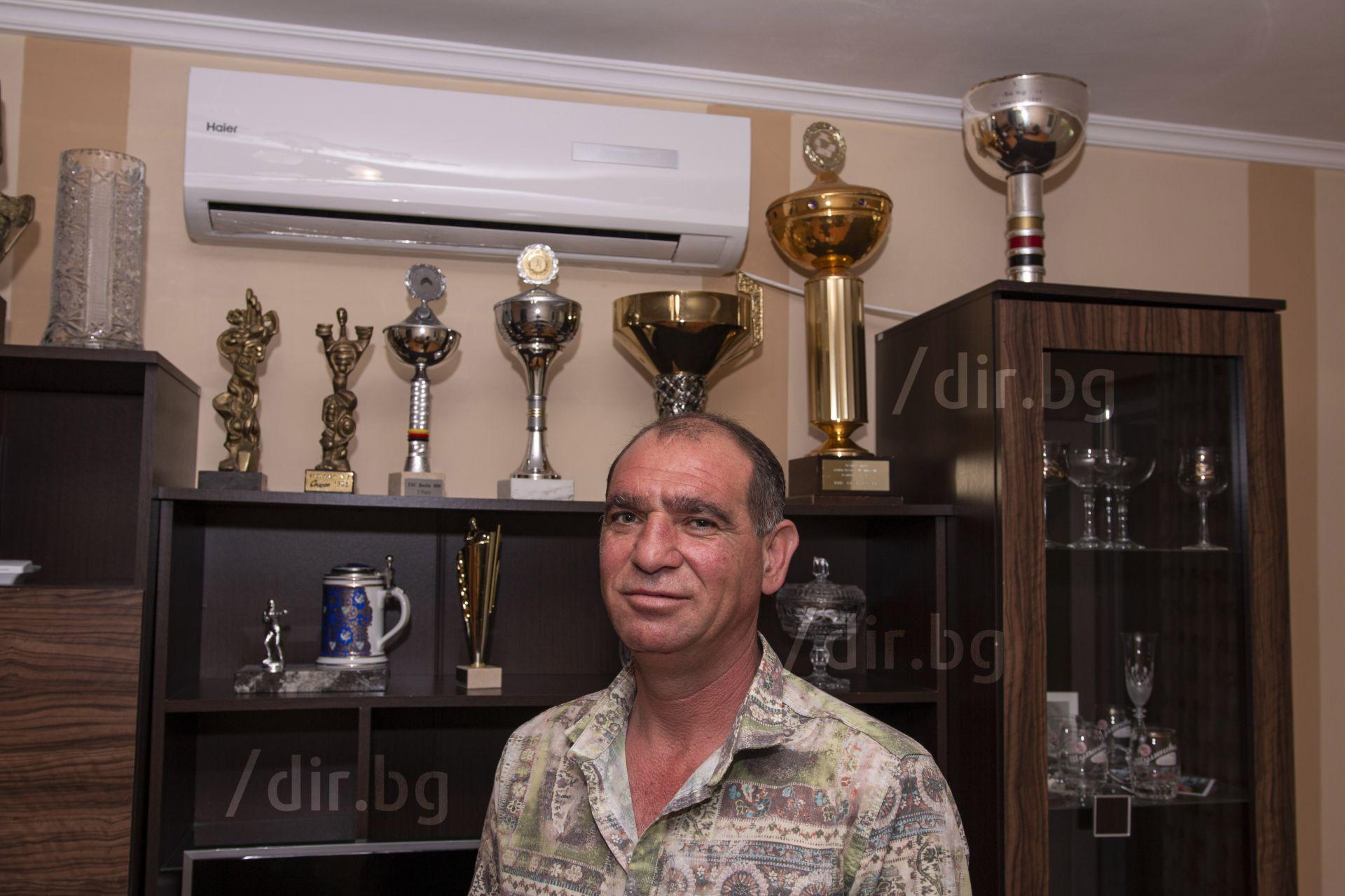 С трофеите у дома в Пазарджик