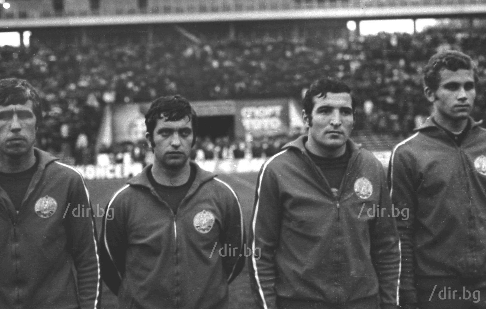 С екипа на националния отбор между Димитър Пенев и Аспарух Никодимов