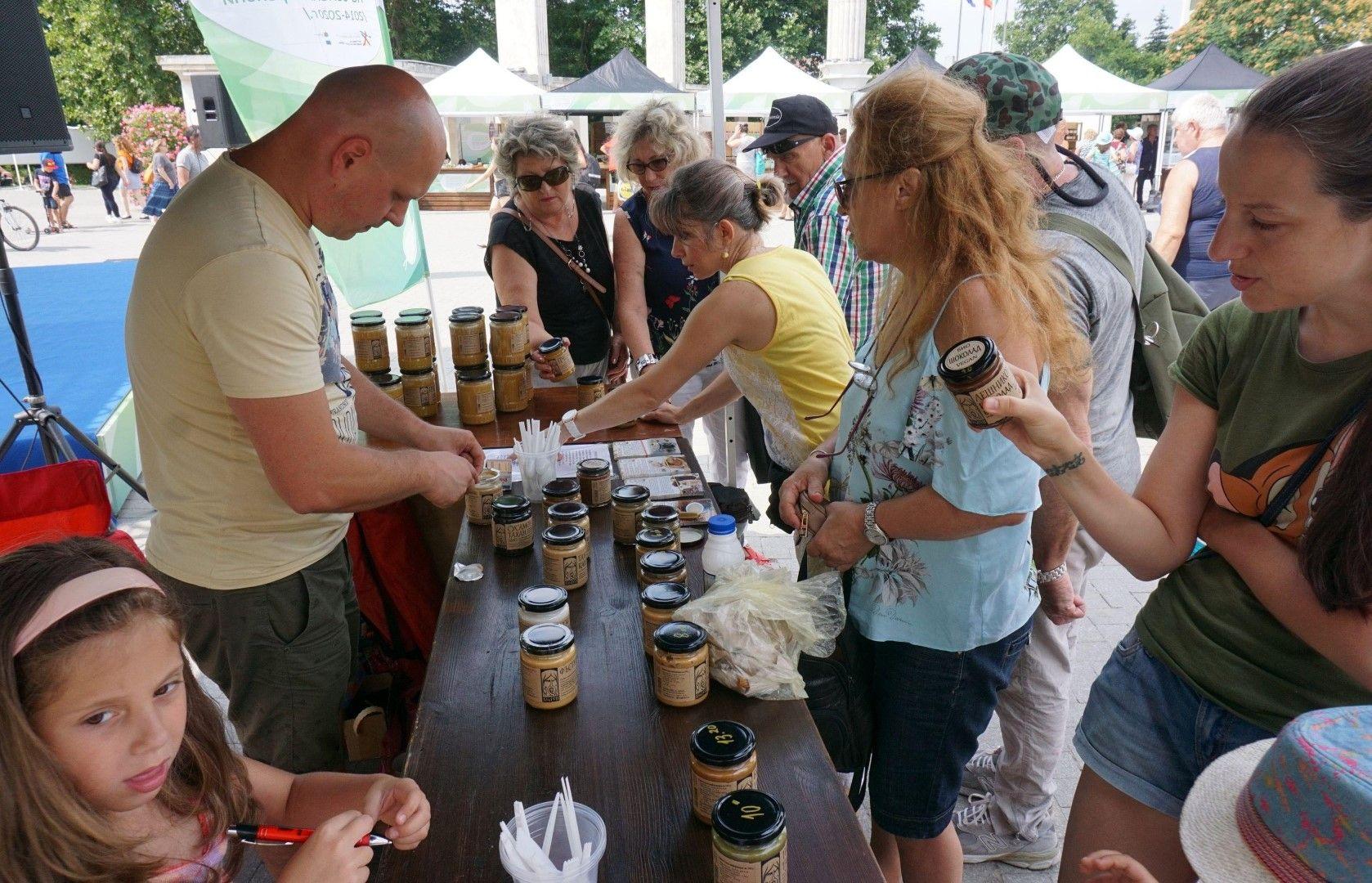 Пазарът за биопродукти събра много хоравъв Варна