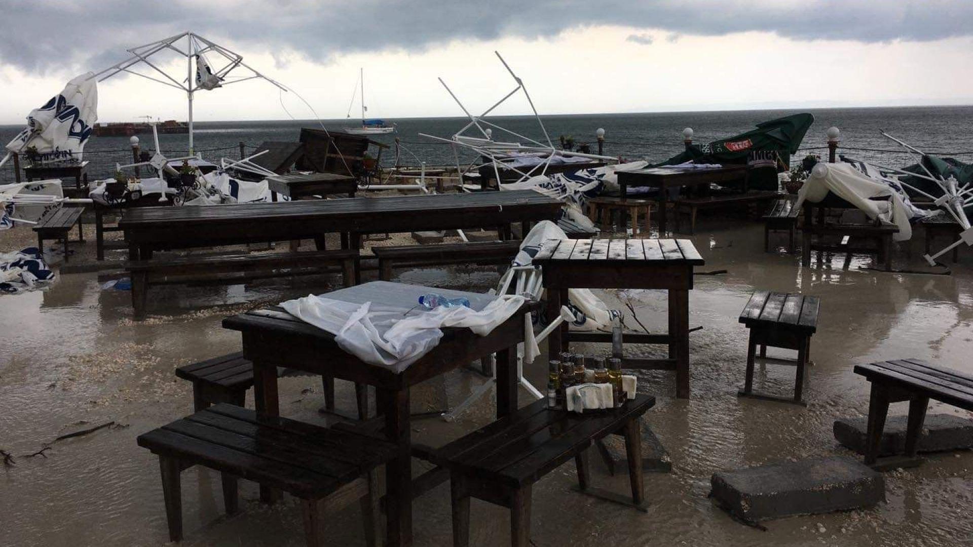 Буря помете мидената ферма край Каварна (видео)