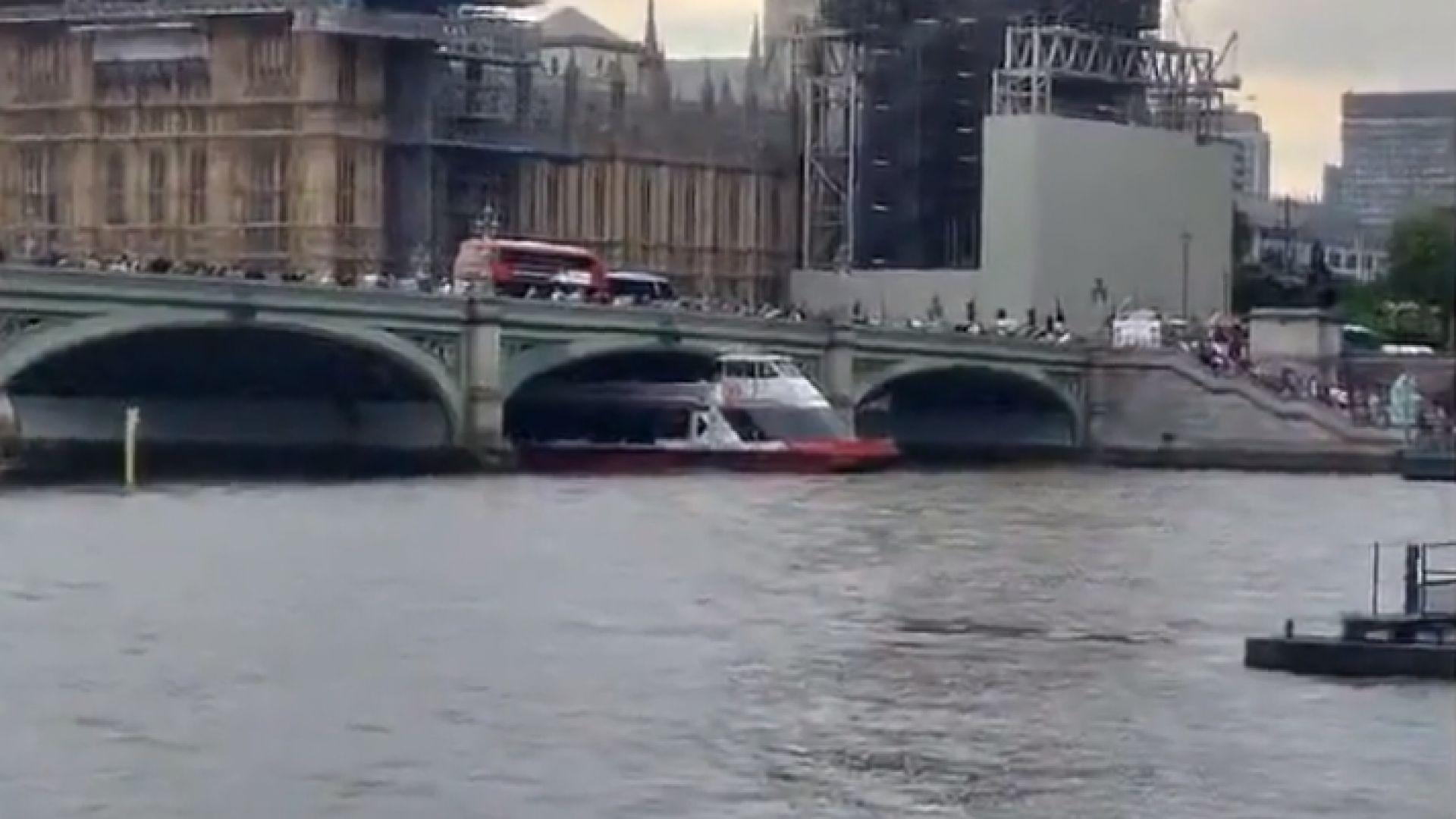 Туристическо корабче се блъсна в Уестминстърския мост в Лондон