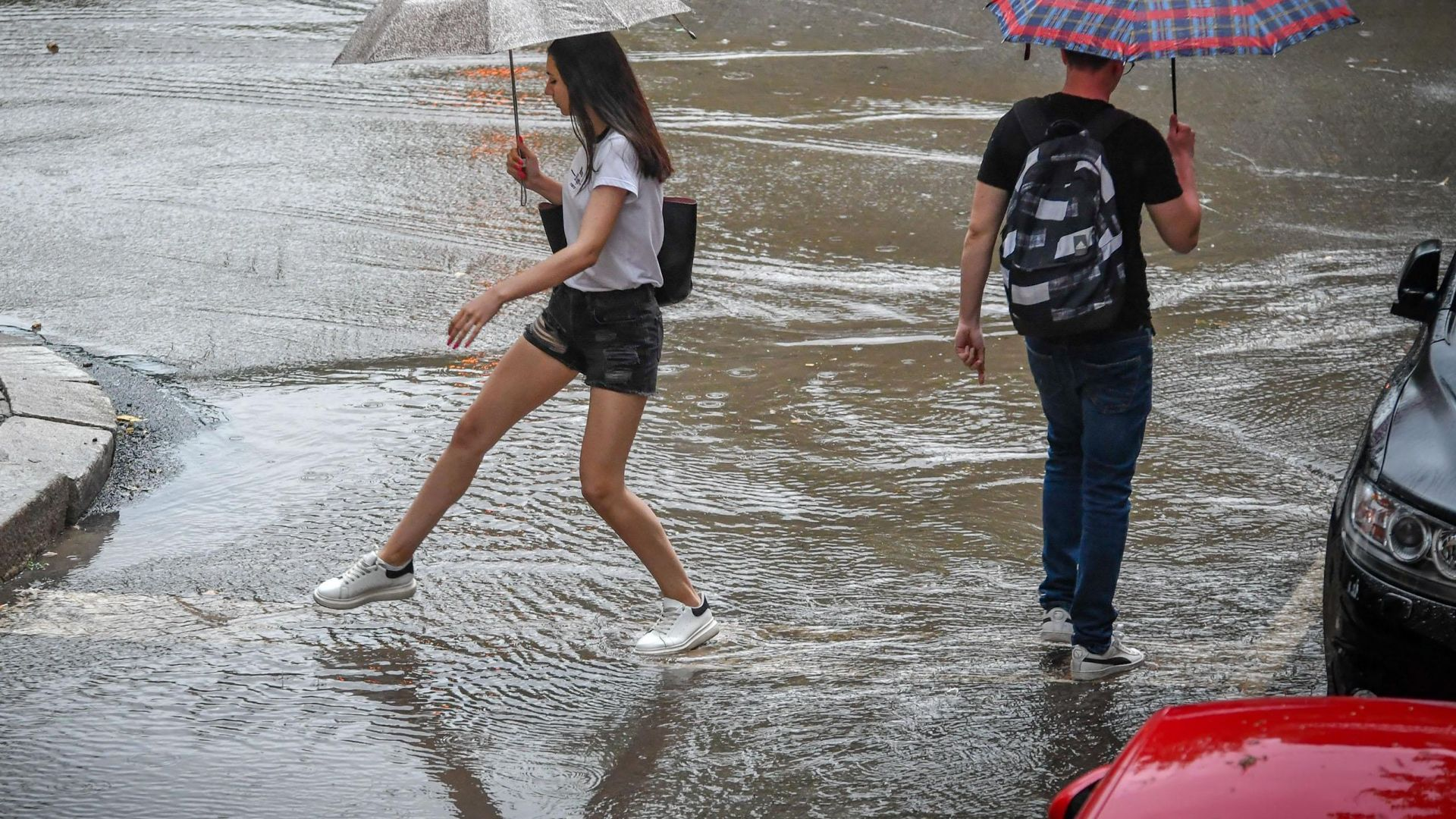 Поройни дъждове и гръмотевични бури удариха северните и централните части