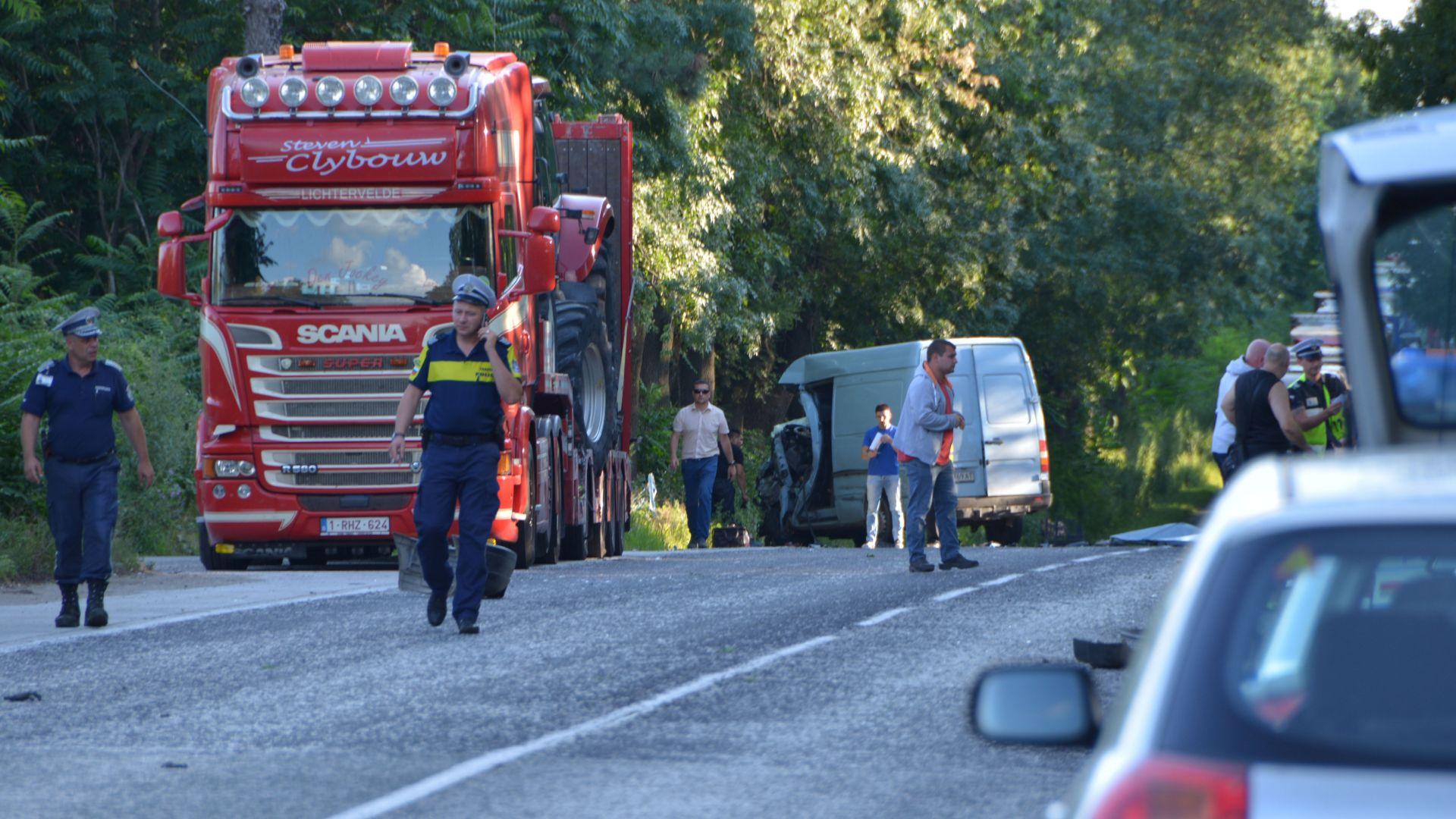 Верижна катастрофа с жертва затвори пътя Русе-Бяла (снимки)