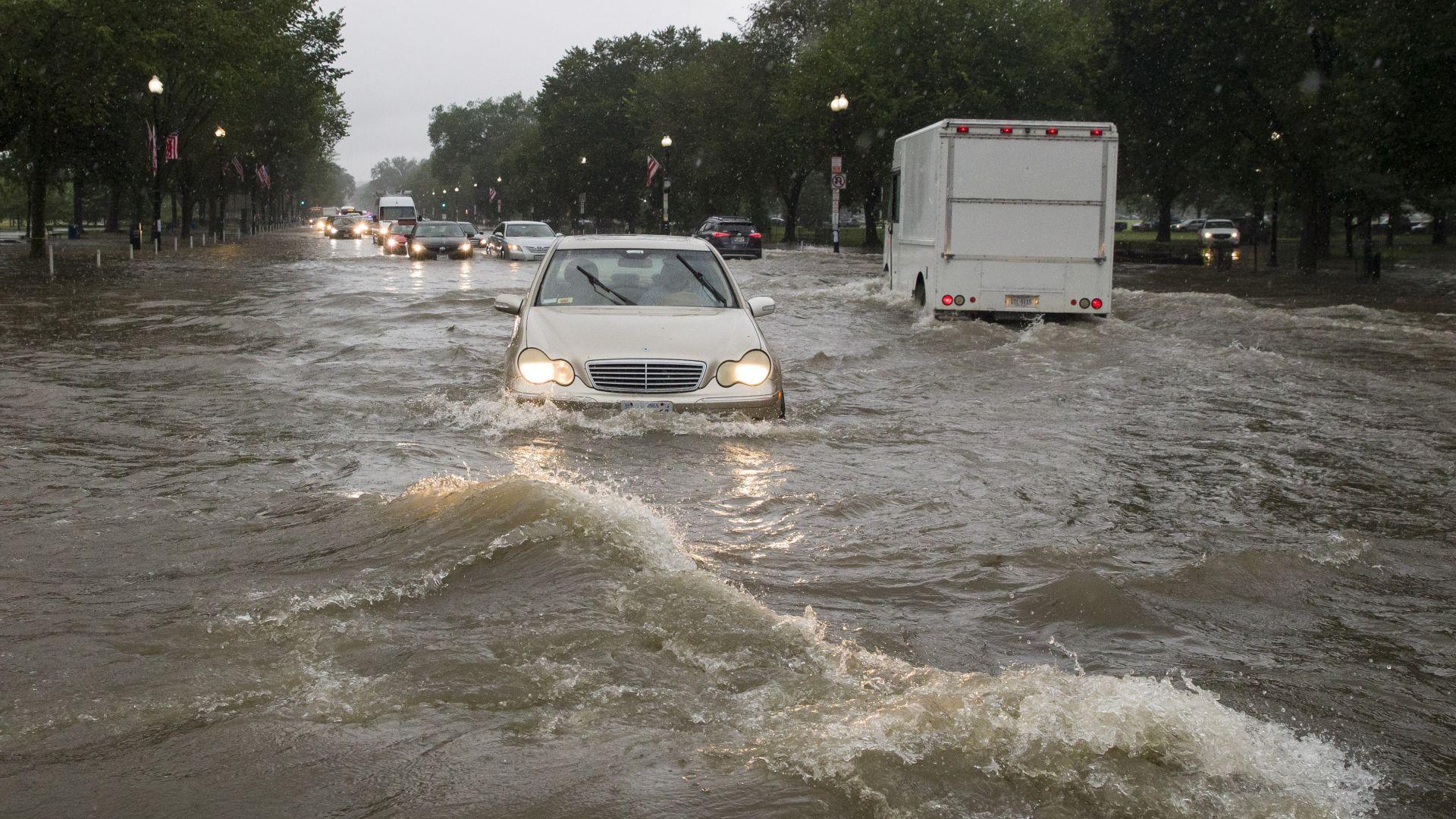 Силна буря удари Вашингтон и наводни Белия дом (видео)