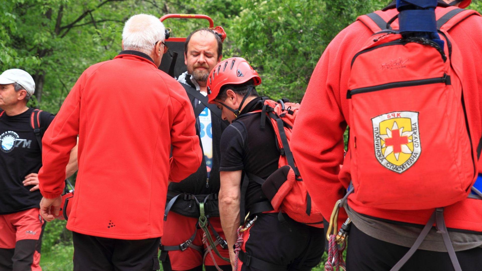 Диво прасе подплаши турист,  спасителите свалят пострадалия мъж