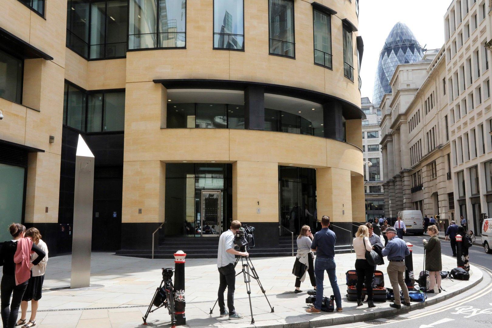 Журналисти пред офис на Дойче банк в Лондон