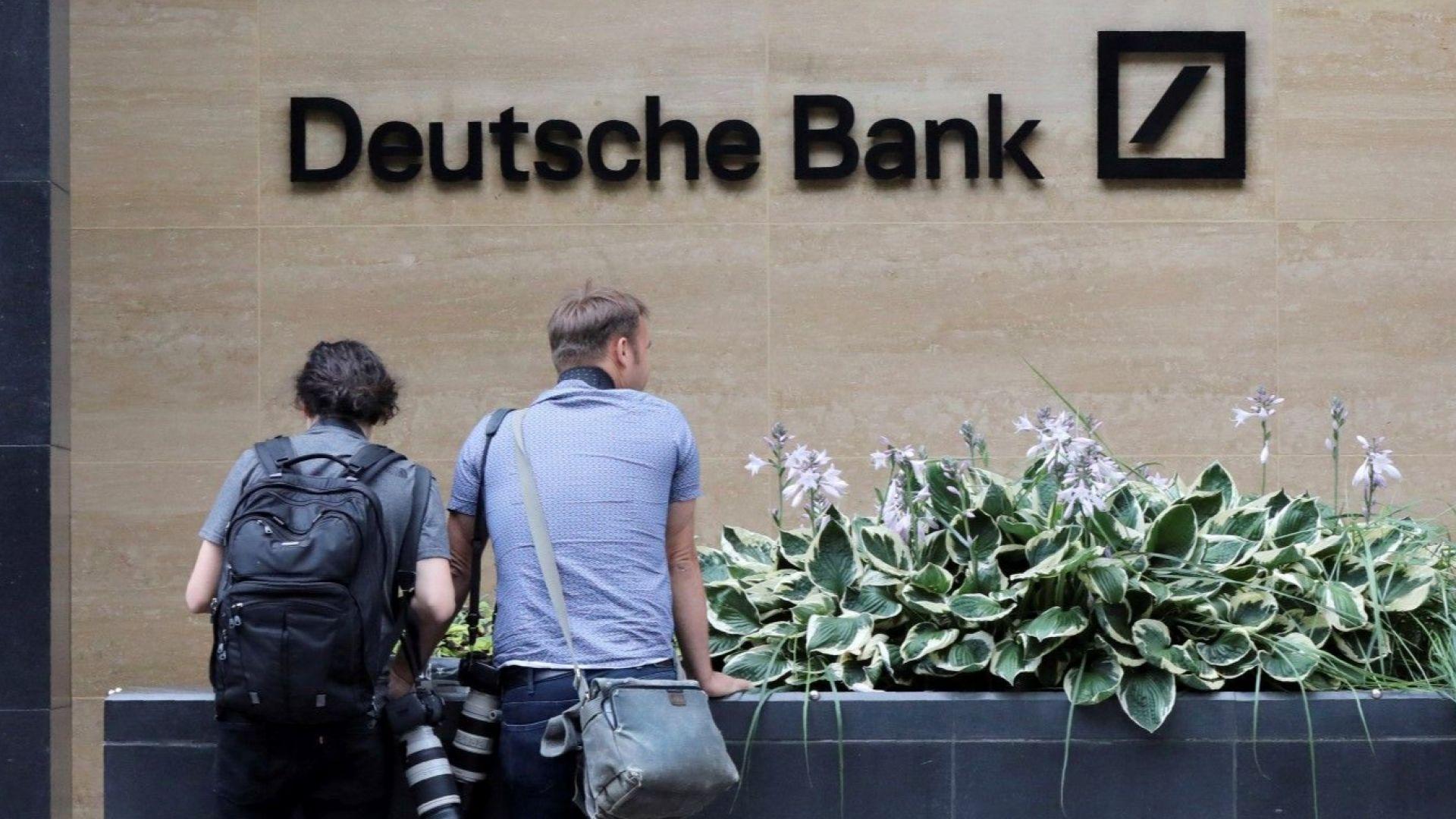 Служители на най-голямата германска банка бяха изпратени по домовете си заради орязаните работни места