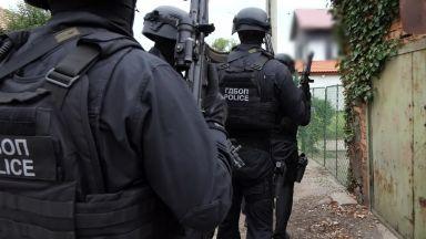Акция на ГДБОП блокира Добрич. Откриха голям боен арсенал