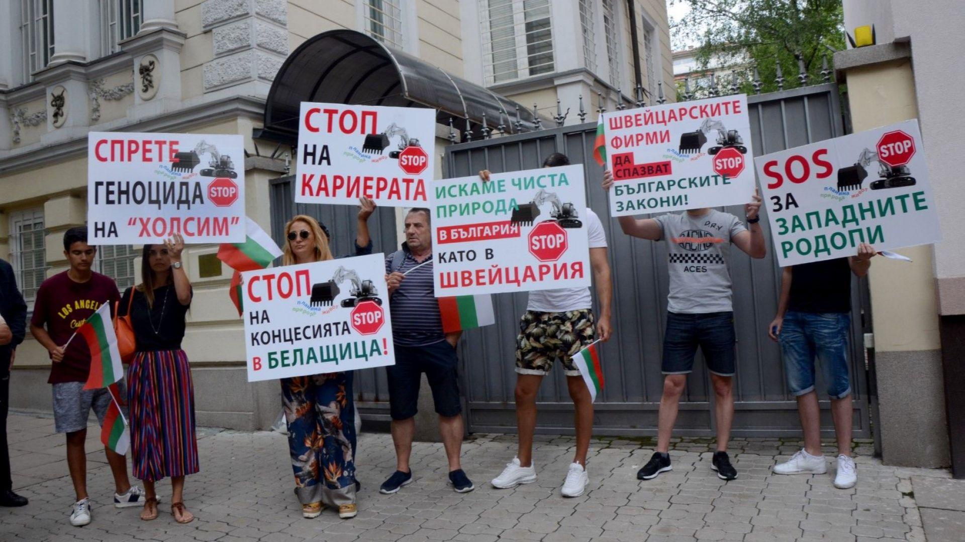 Протестиращи от района на Белащица оставиха торби с фини прахови частици пред посолството на Швейцария