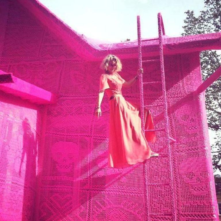 Дизайнер изплита на една кука розова къща, символ на надеждата