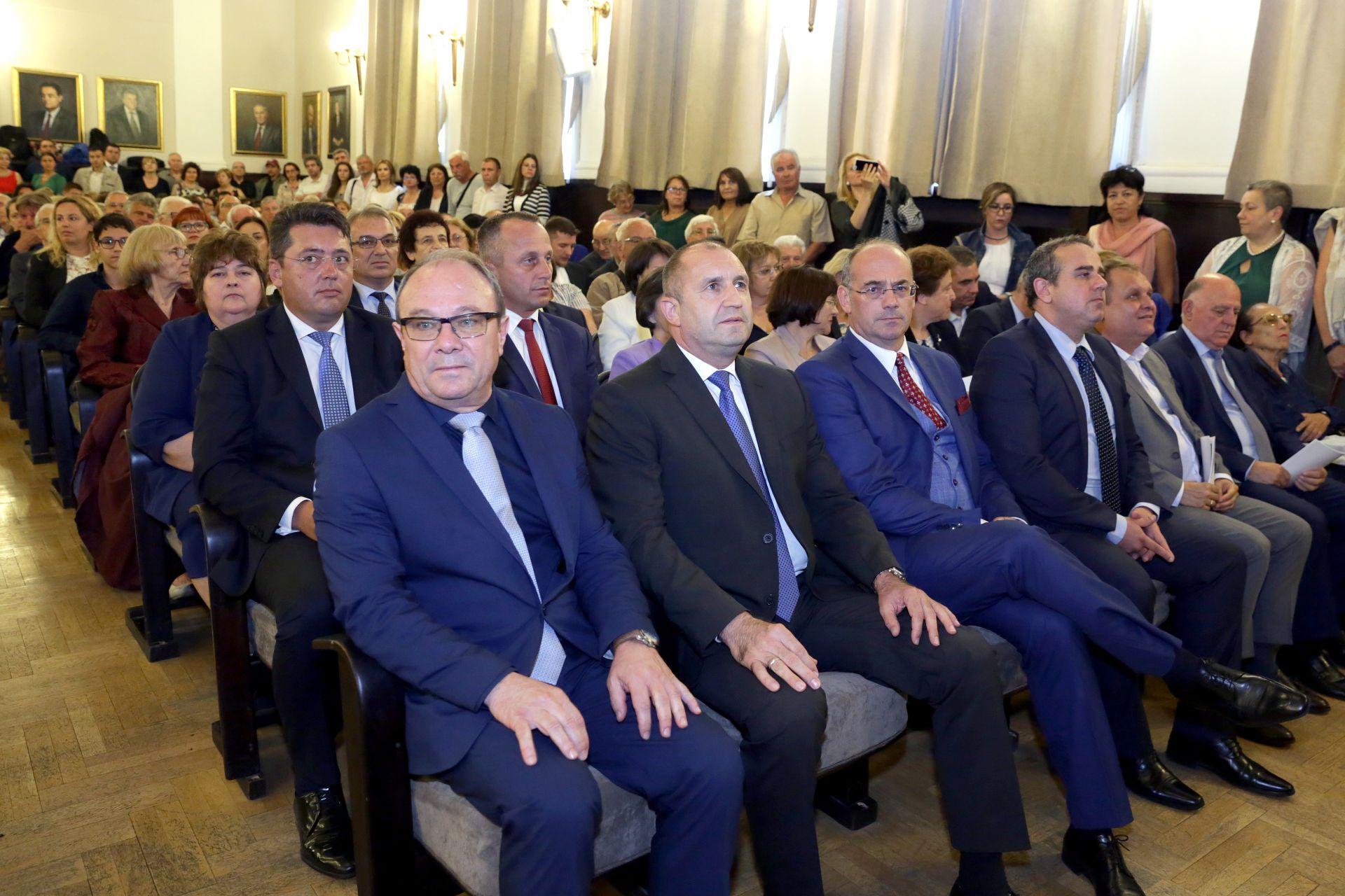 Президентът седна до сина на Марко Семов - Атанас Семов (вдясно))