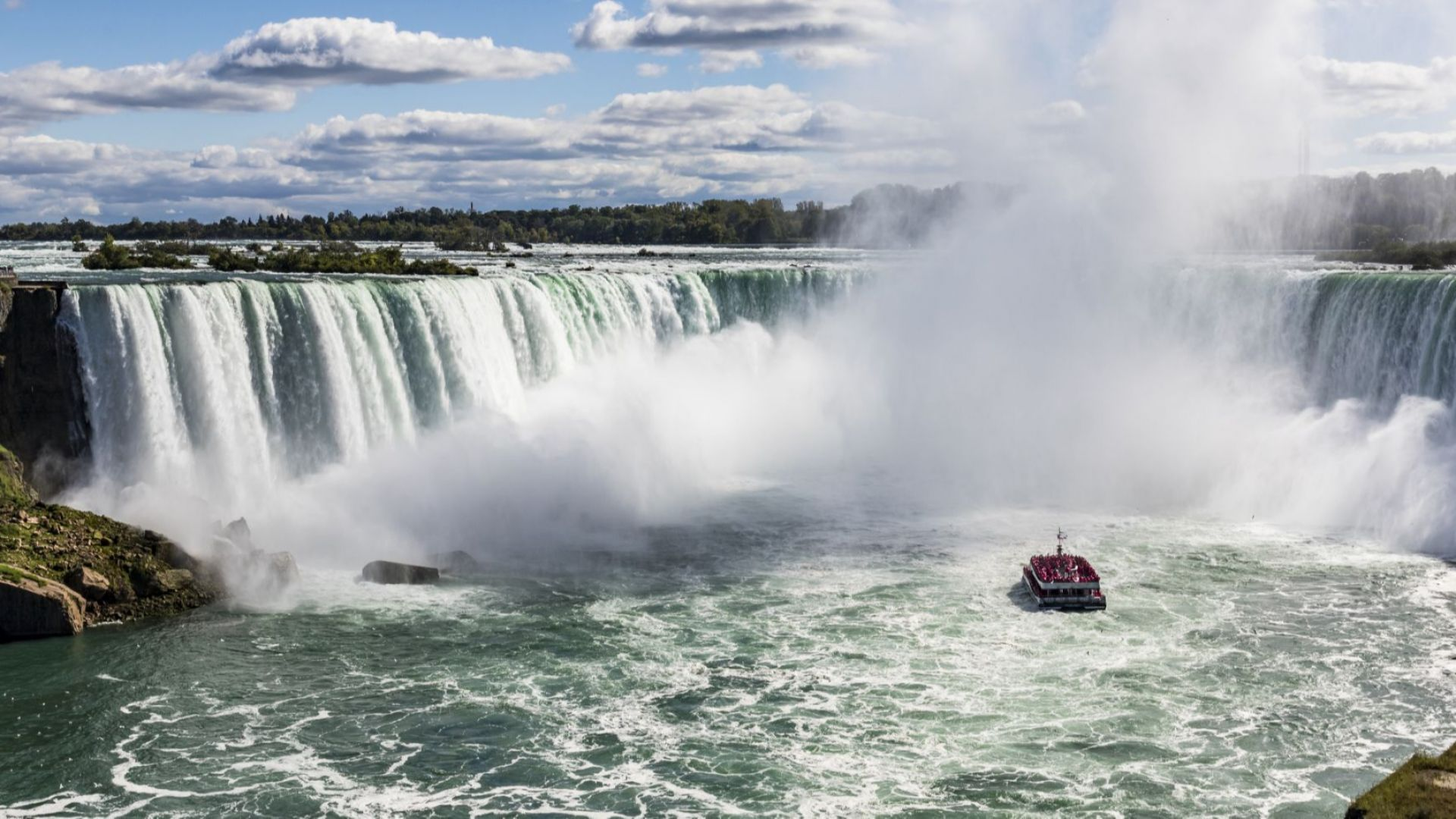 Мъж скочи в Ниагарския водопад и оцеля