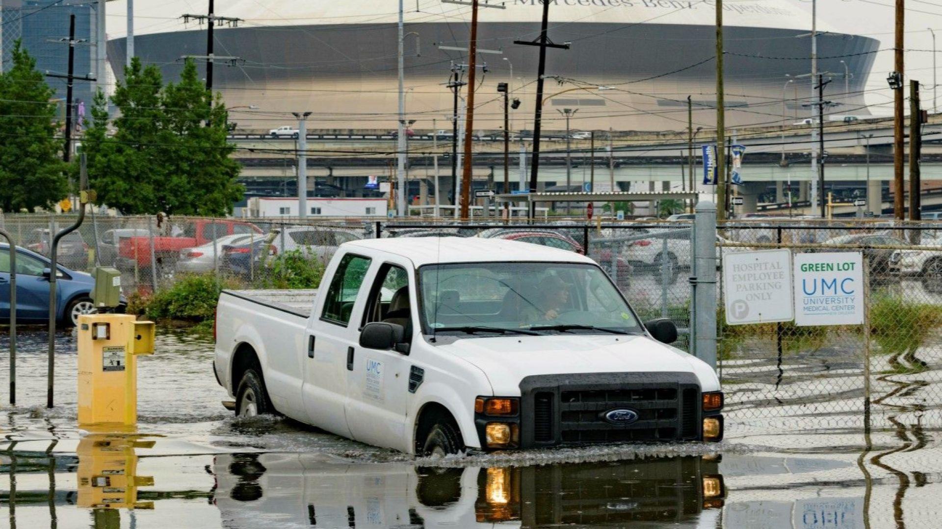 Проливни валежи наводниха улиците на Ню Орлиънс, очаква се буря
