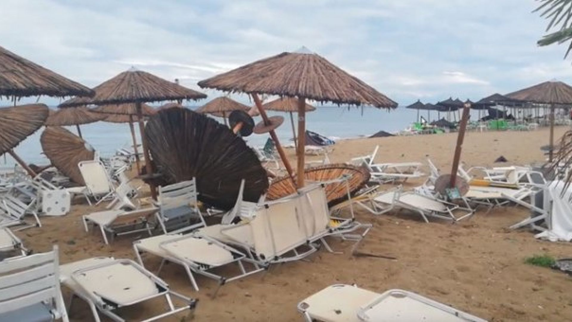 Свирепи бури, наводнения в Италия и Гърция, огромна градушка във Франция