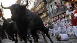 """Шестима души са в болница след """"най-бавното"""" бягане пред бикове в Памплона (снимки)"""