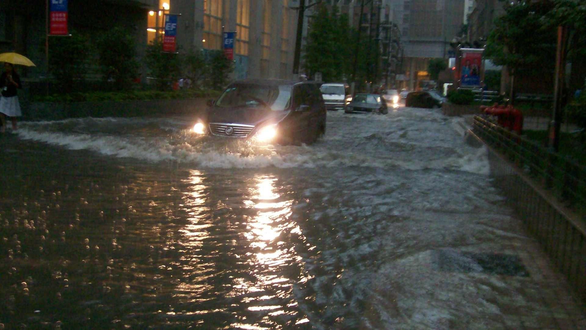 Наводнения и в Китай, засегнати за близо два милиона души