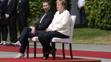 Промяна в протокола заради проблема на Меркел, слуша химна седнала (видео)