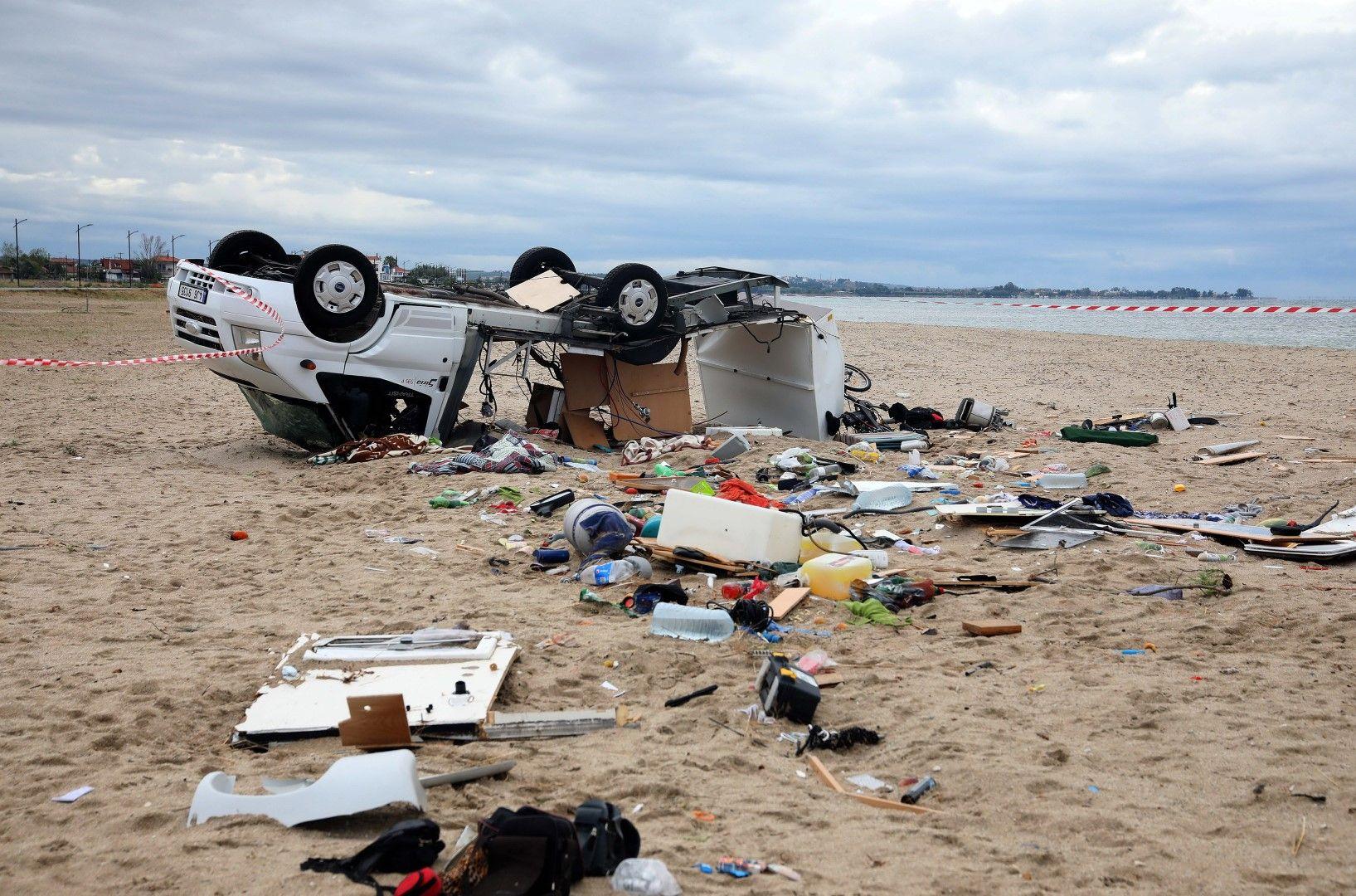 Бурята запрати автомобил на плажа