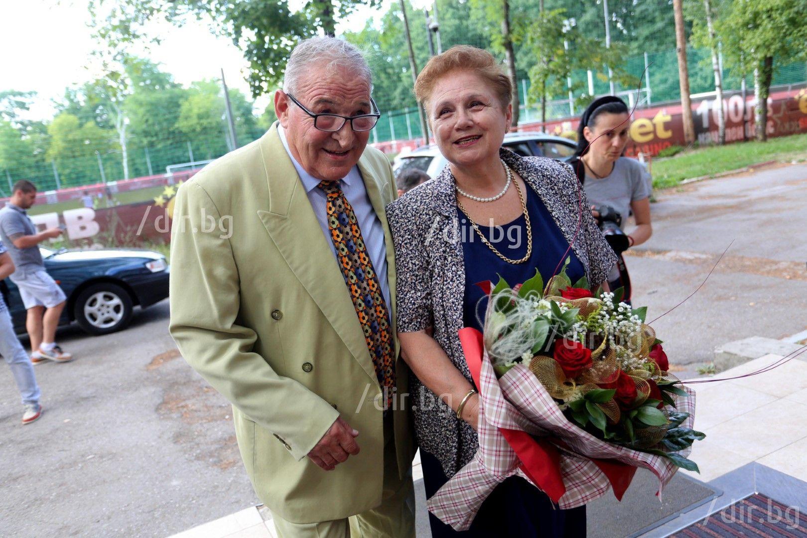 Със съпругата му Надя пред стадиона на ЦСКА преди 70-ия му юбилей преди 4 г.