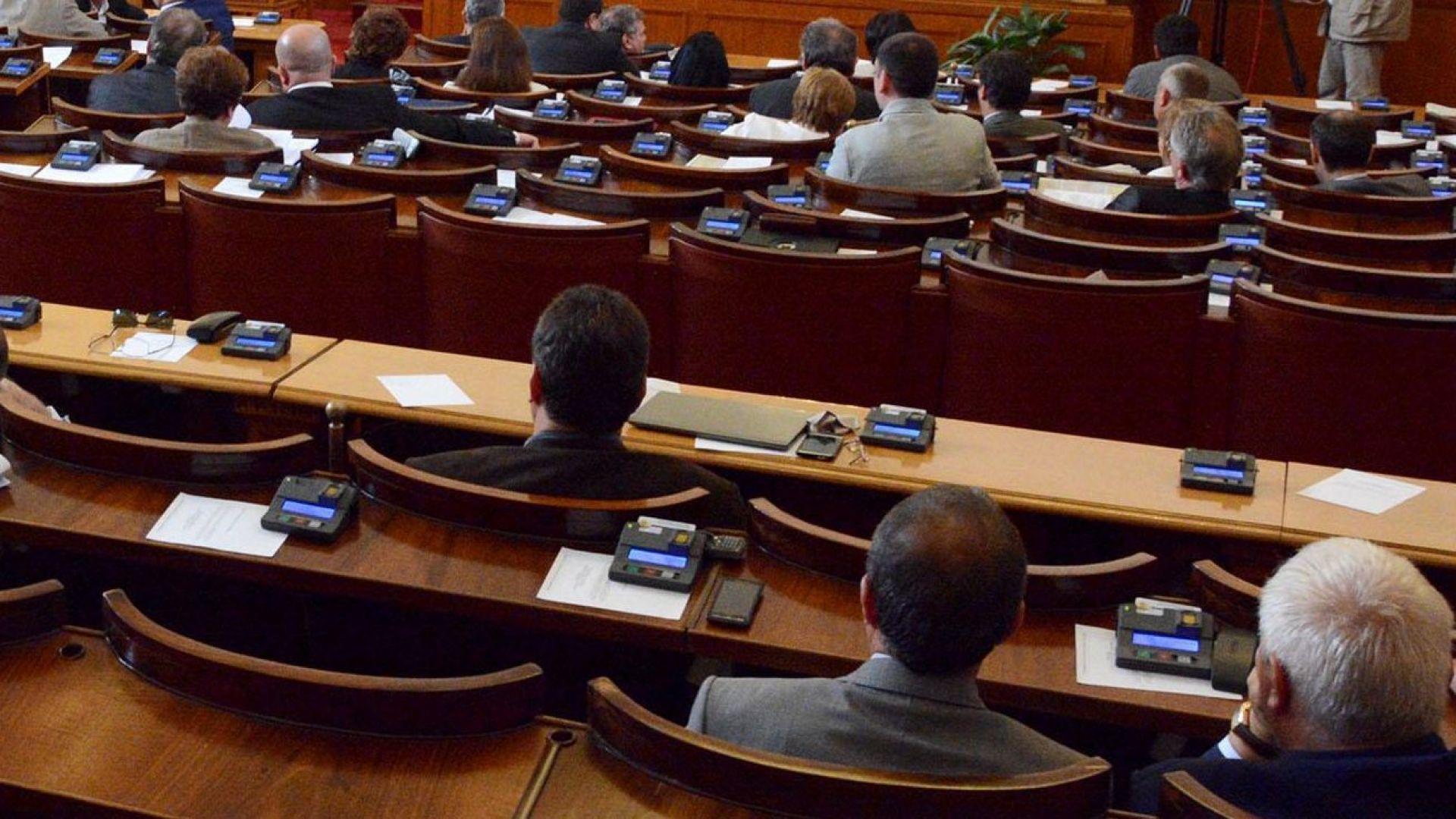 Депутатите заседават извънредно заради машинното гласуване