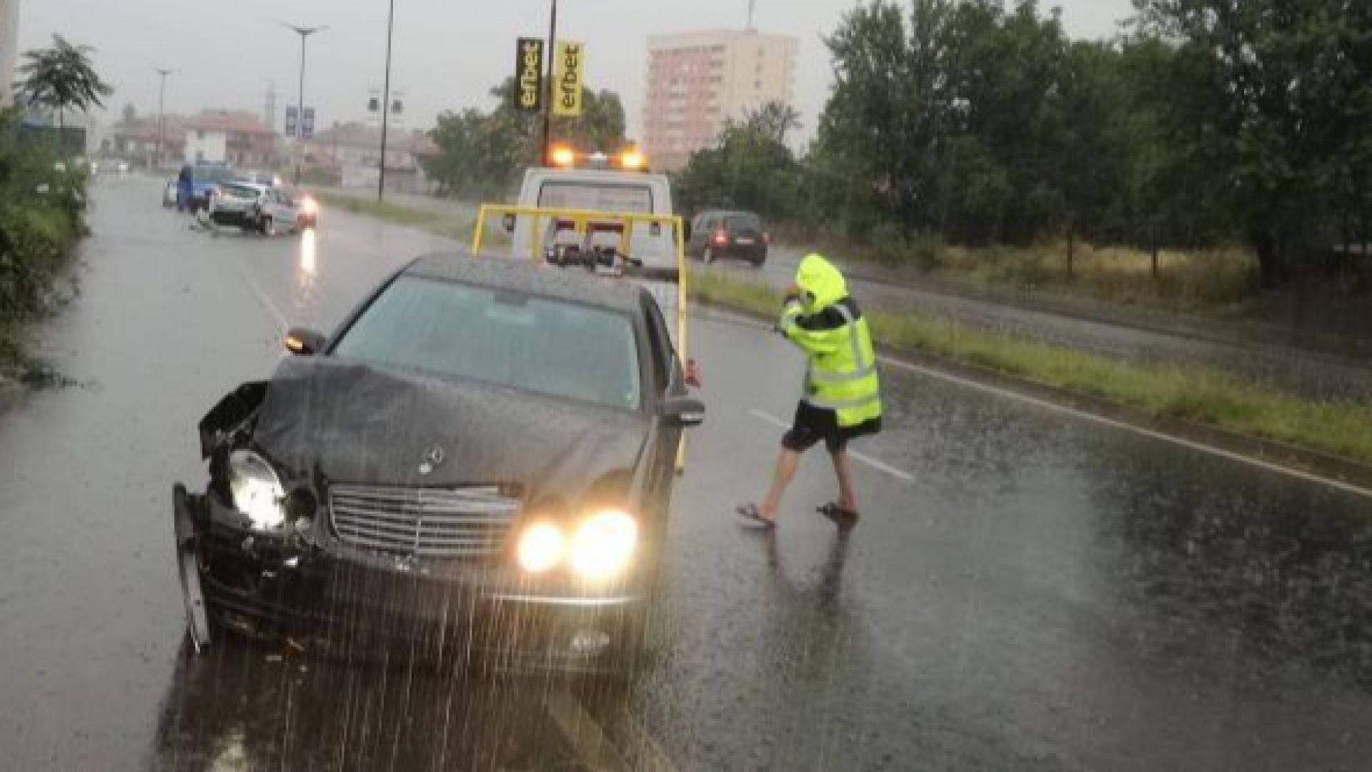 Шофьор без книжка блъсна патрулка при гонка, полицаи пострадаха (снимки)