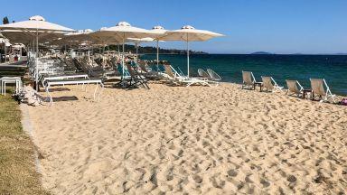 Чадъри и шезлонги вече се разполагат по гръцките плажове