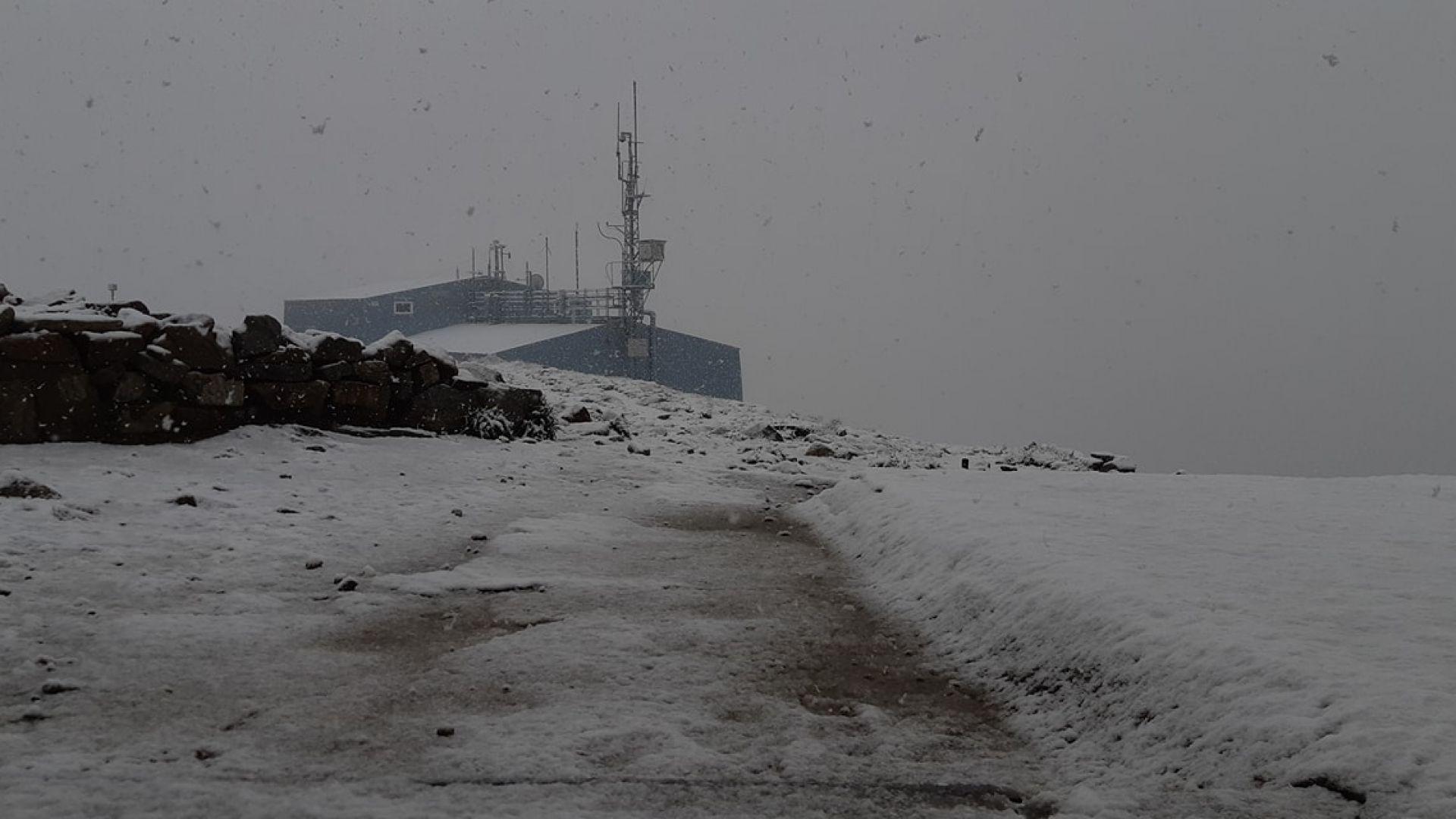 Юлски сняг заваля и на връх Мусала (видео)