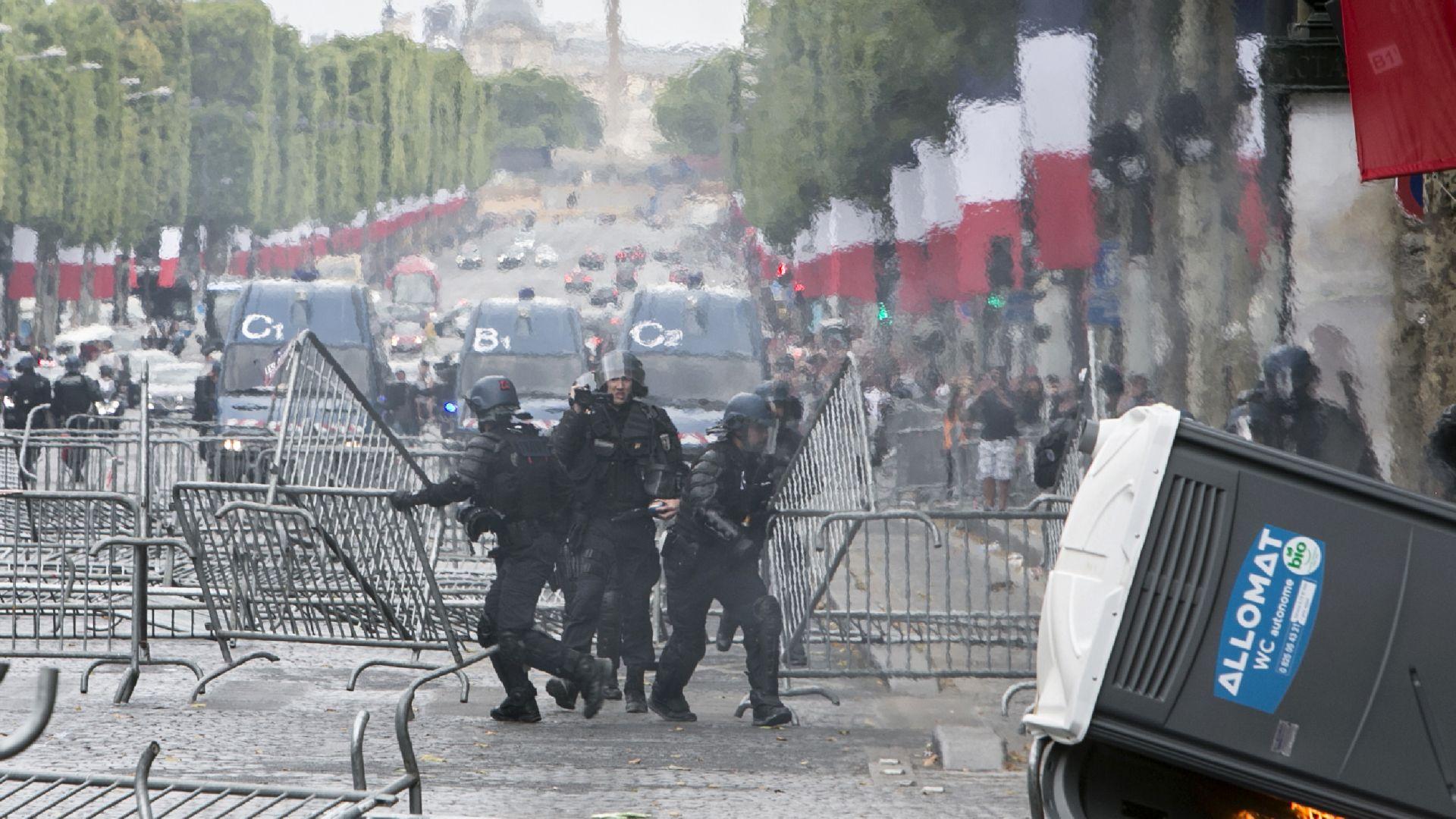 """Полицията използва сълзотворен газ срещу демонстранти  по """"Шанз-Елизе"""""""