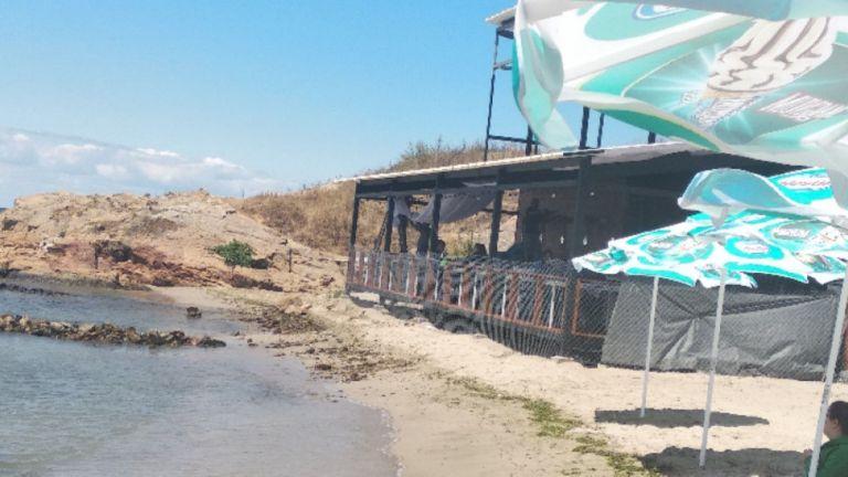 Вдигнаха заведение на брега на плажа в Ахтопол