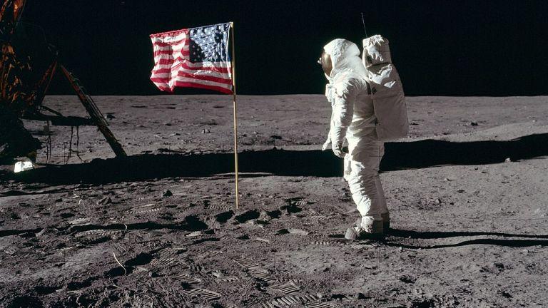 """""""Аполо 11"""" постига историческия успех, а Нийл Армстронг прави първата стъпка на човек на Луната"""