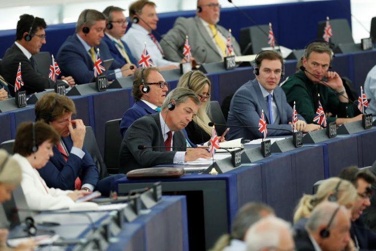 Британските вродепутати по време на изслушването на Урсула фон дер Лайен. Найджъл Фараж (в средата) си пише бележки