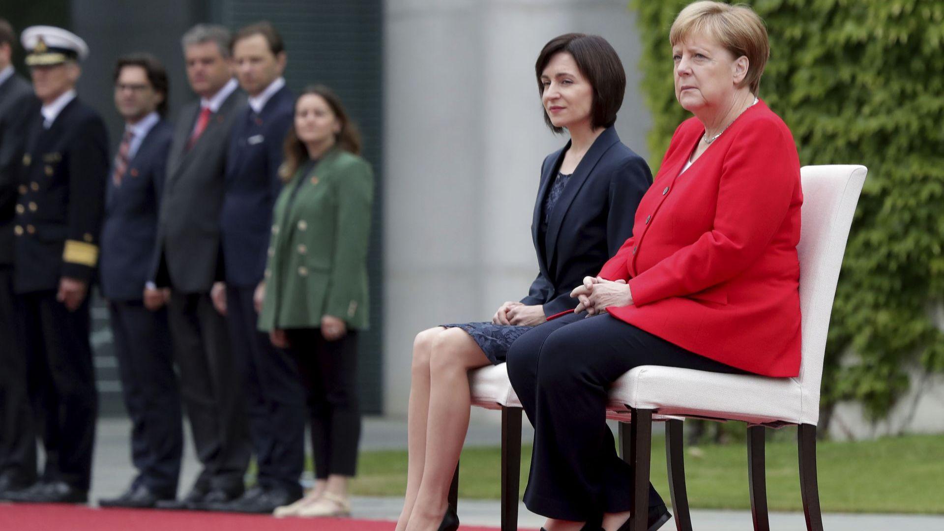 Германският канцлер Ангела Меркел отново остана седнала при изпълнението на