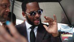 R. Kelly обвинен в уреждане на подкуп, за да се ожени за 15-годишната Алая