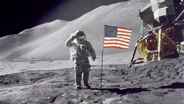 Показаха реставрирания скафандър на Нийл Армстронг