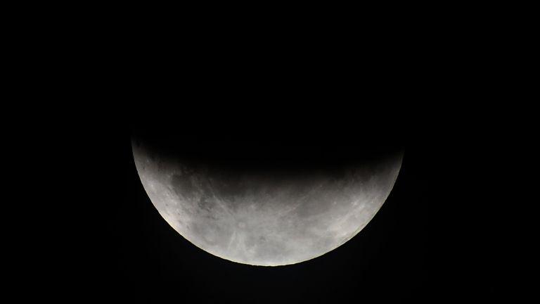 Частично лунно затъмнение премина над България