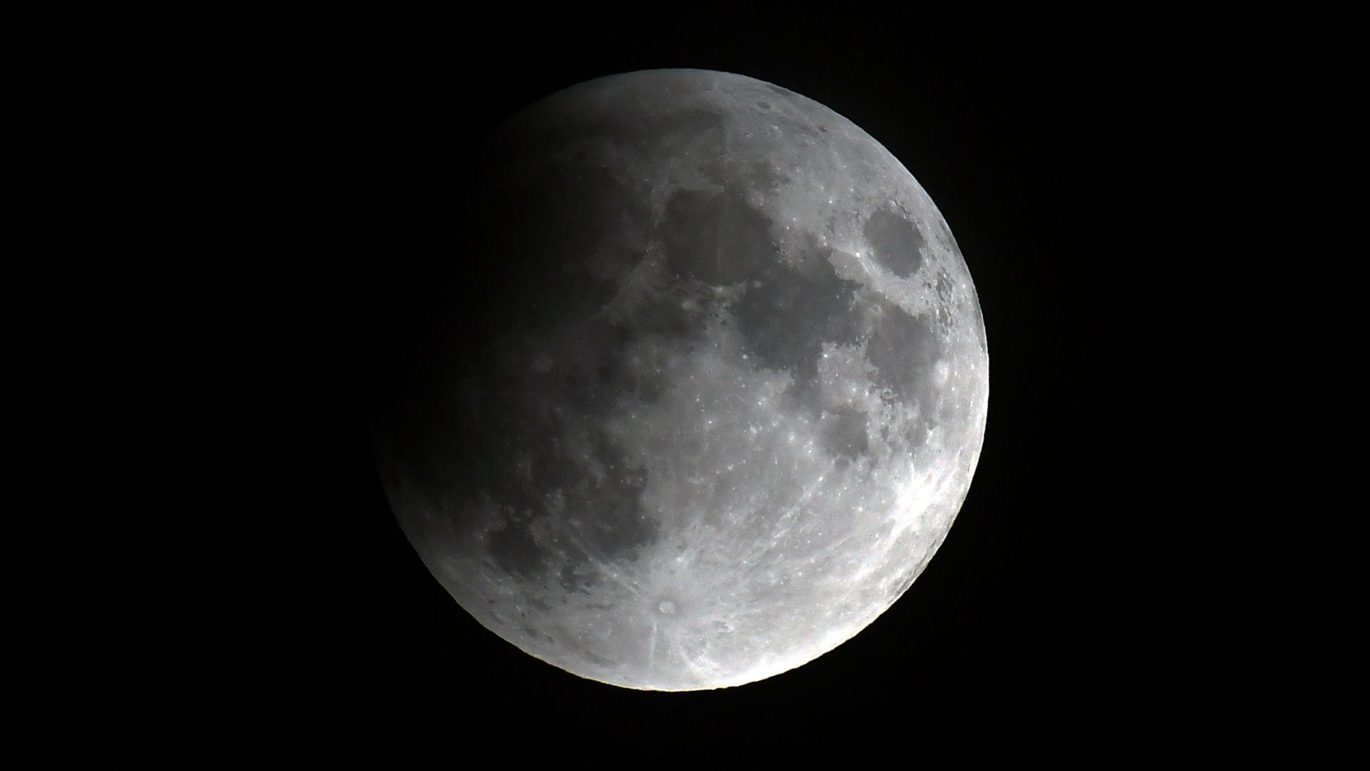 Частично лунно затъмнение ще наблюдаваме тази вечер