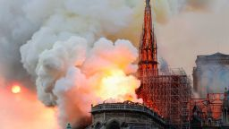 """Парижката катедрала """"Нотр Дам"""" все още може да се сгромоляса"""