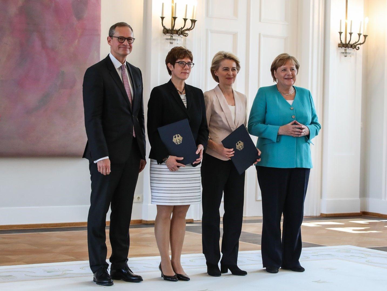 Ангела Меркел на 65 г. От дясно Меркел, напускащата кабинета министърка на отбраната Урсула фон дер Лайен, влизащата на нейно място Анегрет Крамп-Каренбауер (лидер на ХДС) и кметът на Берлин Михаел Мюлер