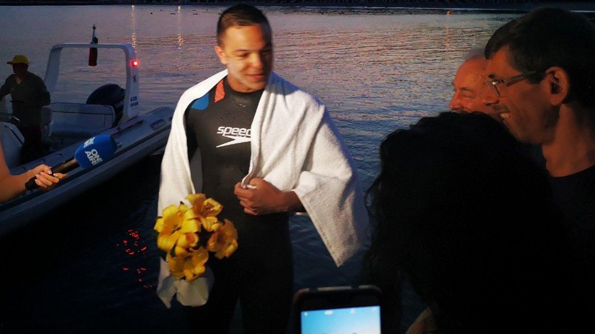 Бургазлия постави рекорд - стана първият, преплувал Бургаския залив (снимки)