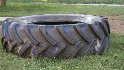Борят се за живота на 10-годишното дете, премазано от гума в парка