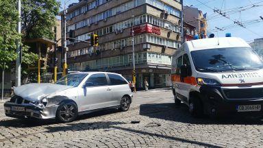 Катастрофа между линейка и лек автомобил в центъра на София (снимки)