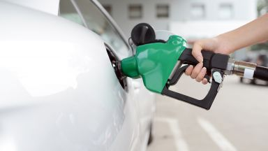 В България със средна заплата може да се купи 454 л бензин, а в Сърбия - 370