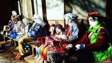 """Мъртви души: художничка """"населява"""" с кукли опустяло село"""
